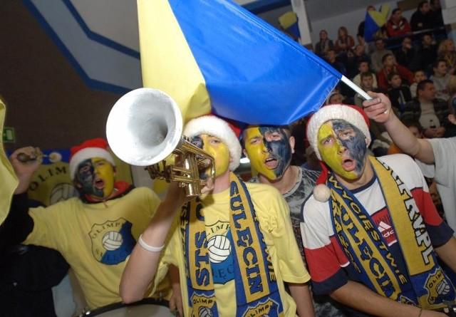 Fani Olimpii są ze swymi siatkarzami na dobre i złe. Bo większość grających stanowią chłopaki z Sulęcina.