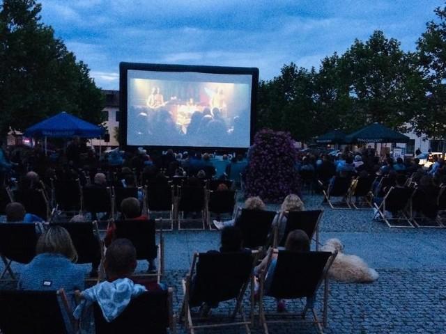 Pierwszy tegoroczny seans kina plenerowego odbył się na miejskim stadionie w Białobrzegach.