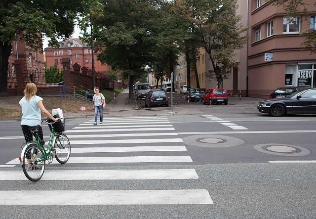 Opolanie skarżą się od lat, że przejścia dla pieszych na ul. Plebiscytowej są niebezpieczne. Miasto zapewnia, że problem rozwiąże  w tym miesiącu. Pieniądze znalazły się po naszej interwencji.