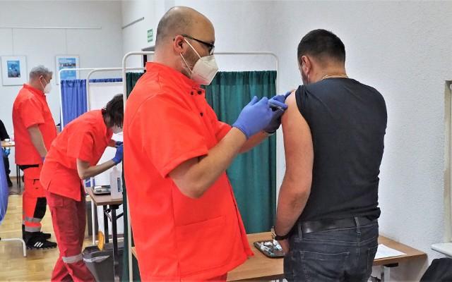 Zaczyna słabnąc zainteresowanie szczepieniami.  Punkty takie jak ten w Świeszynie zgłaszają, że mają wolne terminy, ale chętnych coraz mniej.