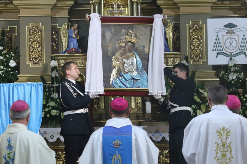Prymas Polski Wojciech Polak przewodniczył ważnym uroczystościom w Piekoszowie. Poświęcił też nową szatę dla Maryi.