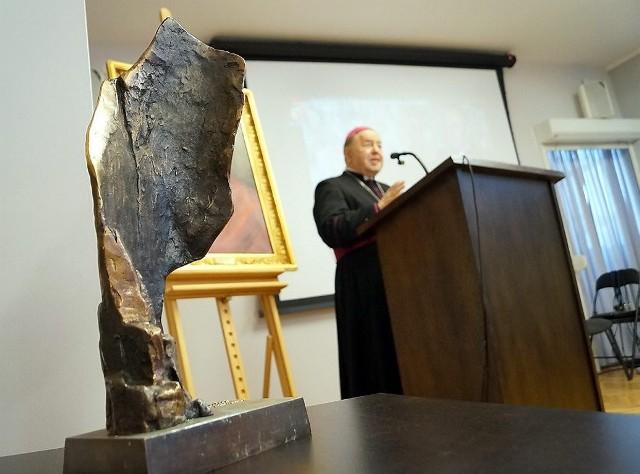 """Statuetka, którą otrzymują laureaci nagrody """"Ku chwale"""". Arcybiskup Peta odbierze ja w marcu."""