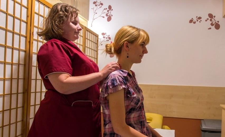 Monika Leduchowska specjalizuje się w masażach leczniczych.