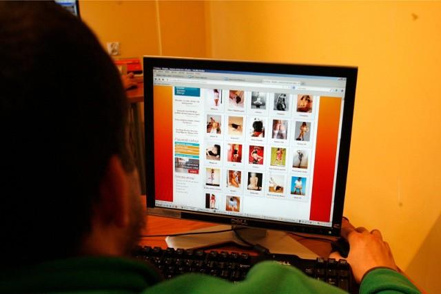 Wszystko wyszło na jaw dzięki pracownikom urzędu. Zauważyli, że 36-latek w swoim gabinecie ogląda erotyczne filmy na komputerze.