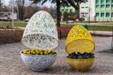 Wielkanocne ozdoby w Będzinie na bulwarach Czarnej Przemszy. Na drzewkach pojawiły się pisanki i ozdoby wykonane przez dzieci