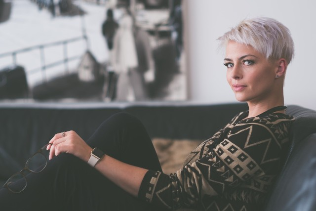 """Krótkie fryzury też mogą być sexy! Zobacz najpopularniejsze pomysły na krótkie fryzury dla kobiet. Te stylizacje sprawią, że będziesz wyglądać modnie i... młodziej! Kliknij w przycisk """"zobacz galerię"""" i przesuwaj zdjęcia w prawo - naciśnij strzałkę lub przycisk NASTĘPNE."""