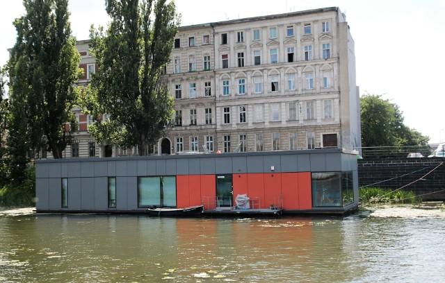 Dom na wodzieElewacja domu na wodzie jest bardzo minimalistyczna.