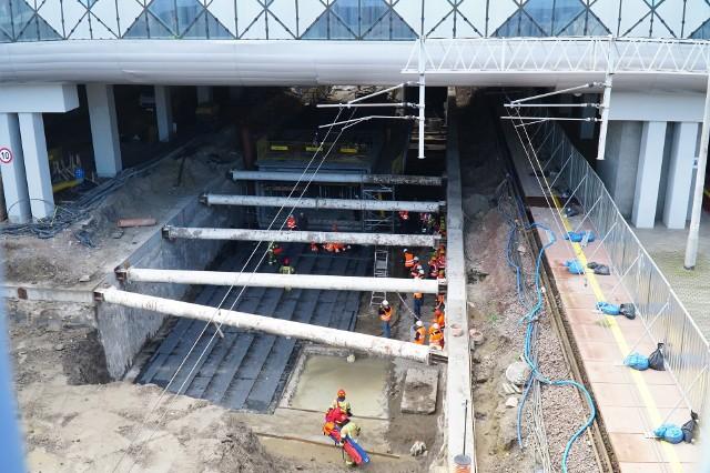 Trwa rozbudowa Dworca Głównego PKP o kolejny peron 3a i dłuższe przejście podziemne, które połączy dworzec z centrum miasta. Zobacz zdjęcia z budowy ---->