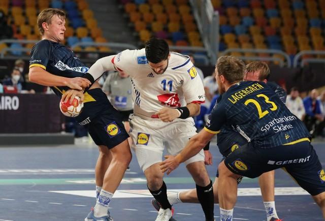 Nicolas Tournat z Łomża Vive Kielce (z piłką) podczas półfinałowego meczu styczniowych mistrzostw świata Francja - Szwecja.
