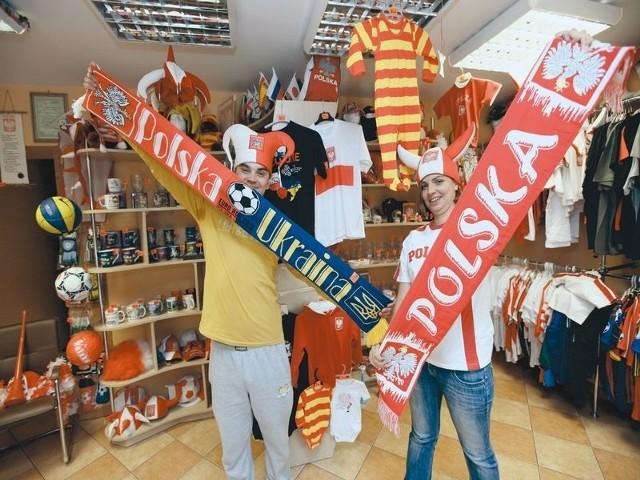 Obecnie najlepiej sprzedają się koszulki, szaliki, czapki i flagi. Ale choćby w białostockim sklepie Ojczyzna nie brakuje masy innych upominków dla kibiców – zapalniczek, kubków czy kufli. Zarówno z symbolami narodowymi, jak i logo Euro 2012.