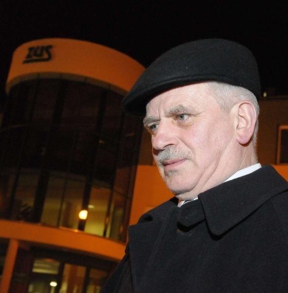 Jan Zimowski na tle budynku ZUS, który miał się rozpaść pod wpływem słów emeryta z Kędzierzyna-Koźla.