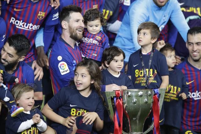 """Zdobywanie trofeów to jedne z najpiękniejszych chwil w karierze. Nie wszystkim piłkarzom jest to dane, z drugiej strony rekordziści przeżywają to uczucie kilkadziesiąt razy. Zobacz, jak prezentuje się dziesiątka graczy, którzy wznosili trofea najwięcej razy. Lider ma na koncie aż 42 takie momenty i wciąż ma szanse na kolejne!Uruchom i przeglądaj galerię klikając ikonę """"NASTĘPNE >"""", strzałką w prawo na klawiaturze lub gestem na ekranie smartfonu"""