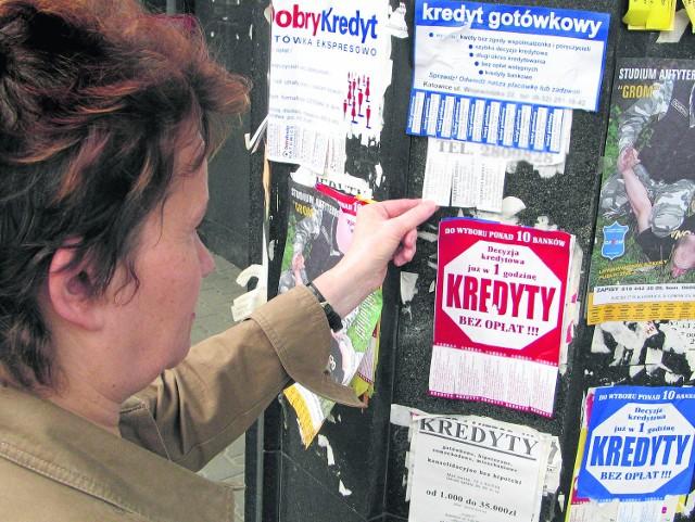 Oferty pożyczek i  kredytów można znaleźć wszędzie: w skrzynkach pocztowych, na słupach, w  mediach. Warto jednak bardzo dokładnie sprawdzić, czy koszt takiej pożyczki nie przekracza rozsądku