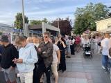 Ogromna kolejka na koncert w Międzyzdrojach! Tłumy podczas pandemii czekają na wokalistę! ZDJĘCIA