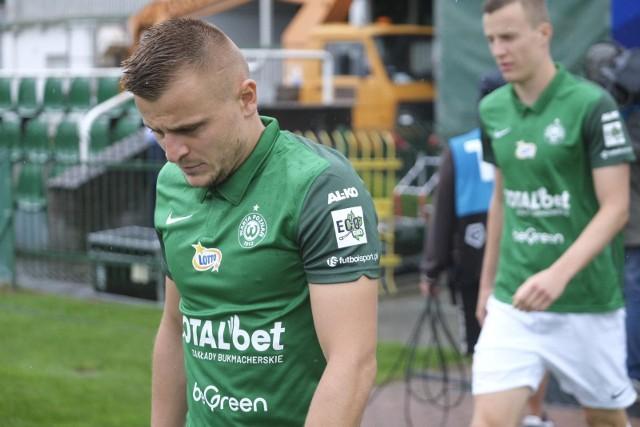 Michał Jakóbowski nie jest obecnie w najlepszej dyspozycji. To zawodnik, który zawsze oddaje serce na boisku, ale nie przekłada się to na żadne konkretne liczby. W tym sezonie w pięciu meczach jest bez gola i asysty.
