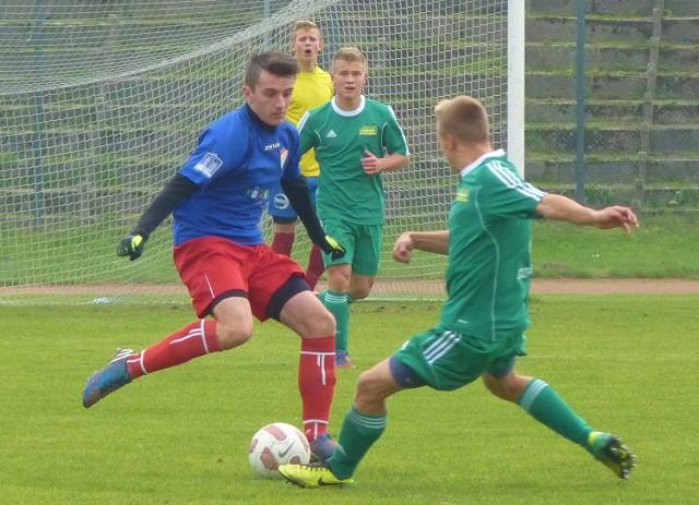Maciej Szabłowiński (w niebieskiej koszulce) popisał się hat-trickiem, a juniorzy starsi Gwardii pokonali swoich rówieśników z Akademii Piłkarskiej Szczecinek 4:0.