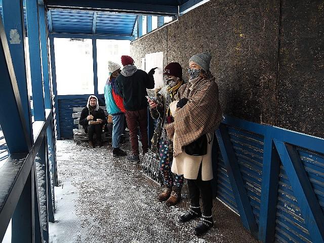 Goście - przyjaciele Niebostanu - w sobotę przyszli tu, by kupując kawę i coś do zjedzenia na wynos wesprzeć ulubiony lokal.
