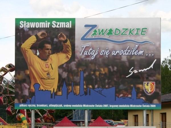 Banner przedstawiający Sławomira Szmala stanął przy głównej drodze tuż obok budowanego ronda.