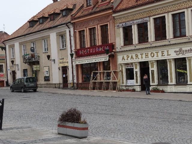 Cysterna - podziemny zbiornik znajduje się prawdopodobnie w dolnej pierzei sandomierskiego Rynku, w miejscu, gdzie znajduje się pofałdowany chodnik