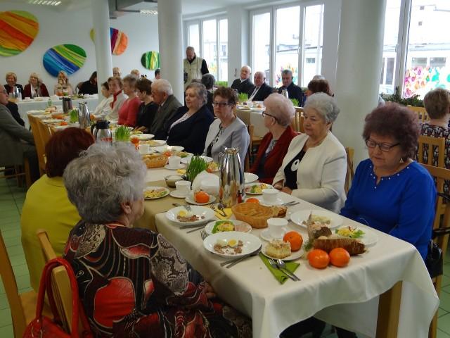 Przy wspólnym stole z okazji nadchodzących świąt spotkali się uczestnicy Domu Dziennego Pobytu i ich przyjaciele