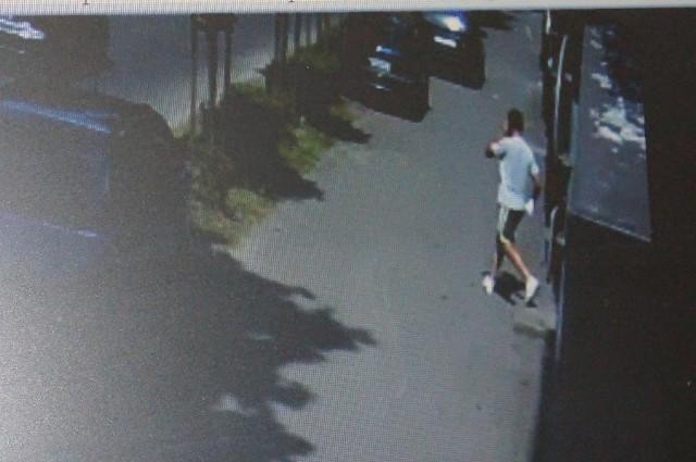 Sprawca zarejestrowany przez kamerę monitoringu bezpośrednio po jednym z oszustw