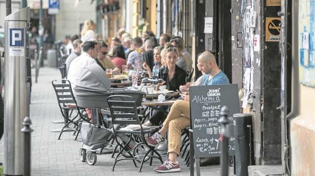 Zdaniem radnych z Dzielnicy I ogródki kawiarniane powinny być tak zaplanowane, aby piesi mieli co najmniej 1,5 metra przejścia.