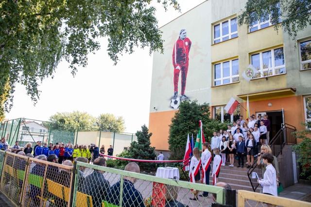 Odsłonięto mural z wizerunkiem Kazimierza Górskiego. Powstał na ścianie szkoły, której jest patronem.