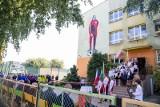 Białystok. Odsłonięto mural z wizerunkiem Kazimierza Górskiego na ścianie Szkoły Podstawowej nr 37. Placówkę odwiedzili znamienici goście