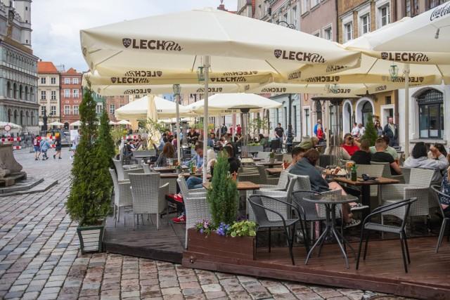 Restauratorzy od kilku miesięcy skarżą się, że weselnicy używający konfetti przed Urzędem Stanu Cywilnego zanieczyszczają płytę Starego Rynku oraz ich ogródki gastronomiczne.