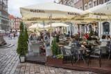 Problem restauratorów z konfetti na płycie Starego Rynku. Weselnicy się bawią, a lokale muszą sprzątać