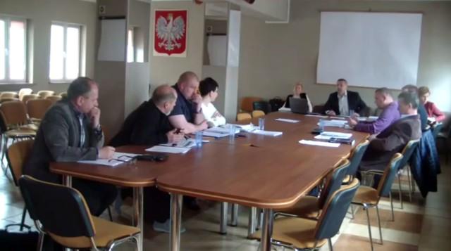 Radny z PiS Adam Perkowski wyprasza ludzi z obrad komisji rewizyjnej