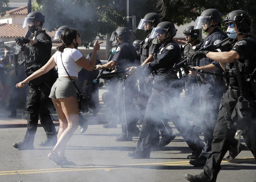 Demonstrantka przed oddziałem policji w San Jose w...