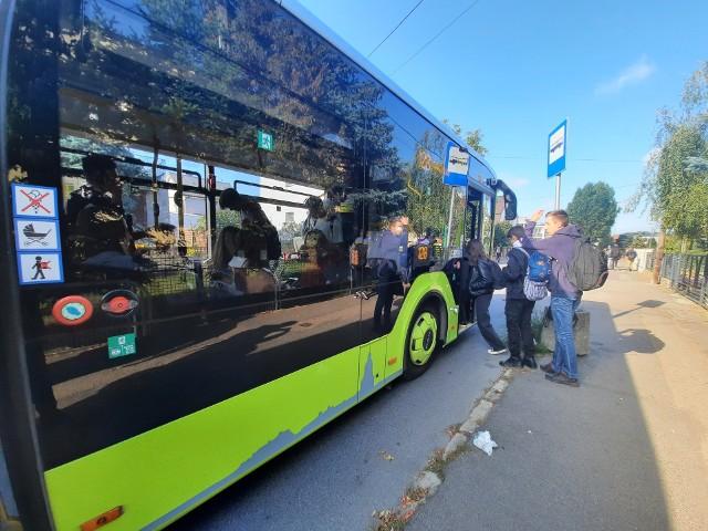 Czasem autobusem jedzie tylko kilka osób, czasem nie ma gdzie usiąść.