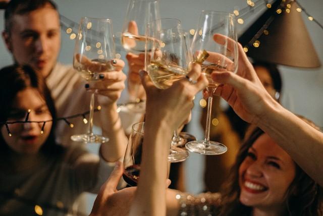Najłatwiejszym sposobem uniknięcia kaca jest ograniczenie spożycia trunków: jedna, dwie lampki wina zamiast całej butelki albo jedno piwo zamiast pięciu. Nie wchodzi w grę? Przeczytajcie na kolejnych slajdach, jak pić mądrze - co zrobić, by następnego dnia czuć się przynajmniej jako tako. Po jakim alkoholu kac będzie najmniejszy? Jakich alkoholi absolutnie ze sobą nie łączyć?Zobacz na kolejnych slajdach - posługuj się klawiszami strzałek, myszką lub gestami.