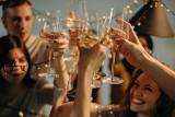 Jak pić alkohol, by nie bolała głowa? Po jakim alkoholu kac będzie najmniejszy? Czego nie mieszać?