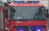 Pożar na terenie cementowni w Ożarowie. Zapalił się gumowy taśmociąg. Trzynaście zastępów strażackich w akcji