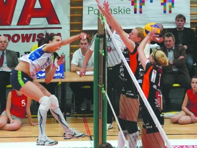 (z lewej) grała dobrze, ale to nie wystarczyło na pokonanie ekipy mistrza Polski. Aluprof zablokował akademiczki.