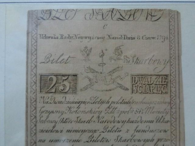 Kilka dni temu wszedł do sprzedaży banknot kolekcjonerski upamiętniający Bitwę Warszawską. Pojawiła się informacja, że to pierwszy polski banknot w pionie. Nie do końca jest to prawda. To pierwszy taki banknot kolekcjonerski. Jednak, czy wiecie, że pierwsze papierowe banknoty polskie były pionowe? Zobaczcie przykłady banknotów dawnych, obiegowych, nietypowych. Mamy też przykłady fałszywek. Zdjęcia mogliśmy zrobić dzięki uprzejmości jednego z naszych prenumeratorów.Zobaczcie zdjęcia na kolejnych slajdach...