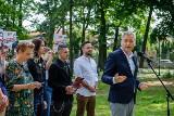 Robert Biedroń w Tarnowie. Europoseł zorganizował piknik w Parku Strzeleckim i mówił m.in. o sprawie abp. Wiktora Skworca