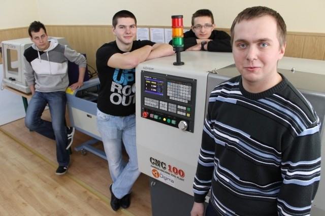 Uczniowie technikum mechatronicznego z Praszki przy obrabiarkach CNC, od prawej: Paweł Haładyn, Mateusz Mazurek, Kamil Kania i Łukasz Zadworny.