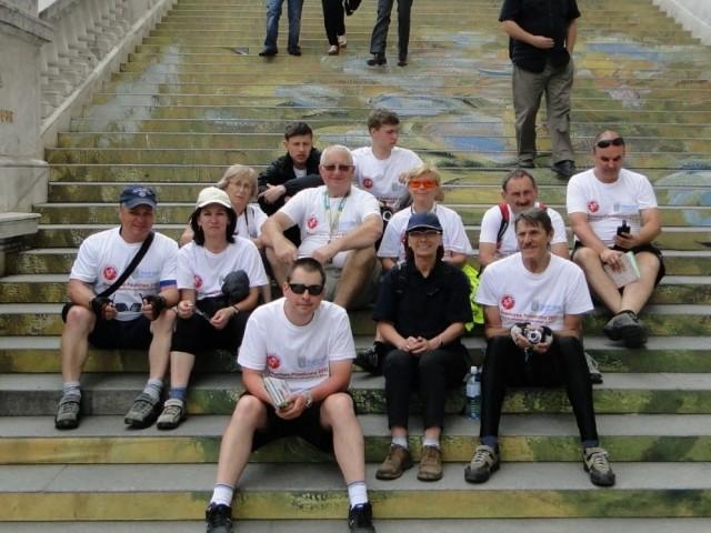 Uczestnicy Rowerowego Poselstwa na schodach przed Albertinum w Wiedniu