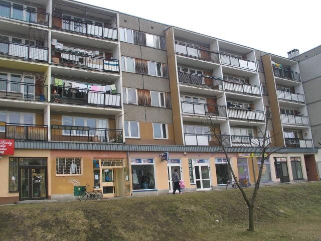 Budynek mieszkalnyGłód mieszkań na nowodębskim rynku panuje od dłuższego czasu. Ostatnie bloki wybudowano w mieście w latach 90-tych. Temat budownictwa mieszkaniowego nagli, bo poszukiwanie stałego lokum to najczęstszy powód, dla którego młodzi ludzie zgłaszają się do burmistrza.