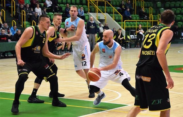 Kolejna porażka koszykarzy KSK Noteć. Tym razem inowrocławska drużyna uległa na własnym parkiecie ekipie KKS Siarki Tarnobrzeg 60:78.