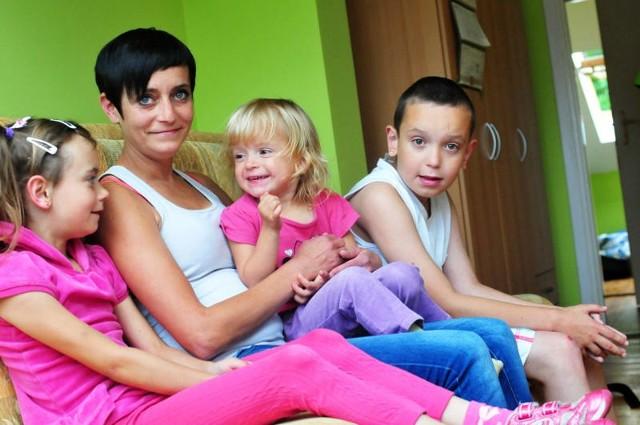 Anna Wójcik z dziećmi nie chce wracać do zniszczonego mieszkania w bloku socjalnym. Stara się o inne lokum dla swoje rodziny.