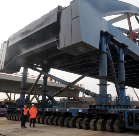 Prace przy wymianie przesla mostu kolejowego.