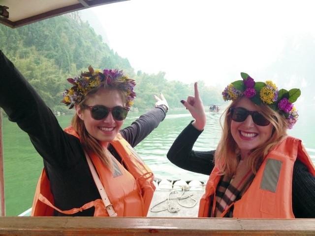 – W Guilin, płynąć bambusową tratwą wśród gór po rzece Li to wielka frajda – mówi Emilia Radkiewicz (z prawej). Towarzyszy jej przyjaciółka Rozalia Mancewicz.