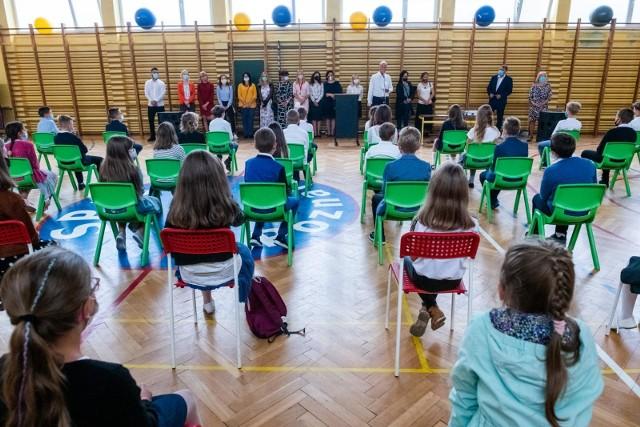 W najnowszym sondażu przygotowanym na zlecenie OKO.press pracownia Ipsos zapytała Polki i Polaków, co jest największą wadą szkół w Polsce. Sondaż został przeprowadzony w dniach 10-12 lutego, ankietowani mieli do wyboru trzy z dziewięciu możliwych odpowiedzi. Prezentujemy, jakie wady szkoły wskazywali najczęściej ankietowani w wieku 18-29 lat. Zobacz największe wady szkoły według Polaków ----->