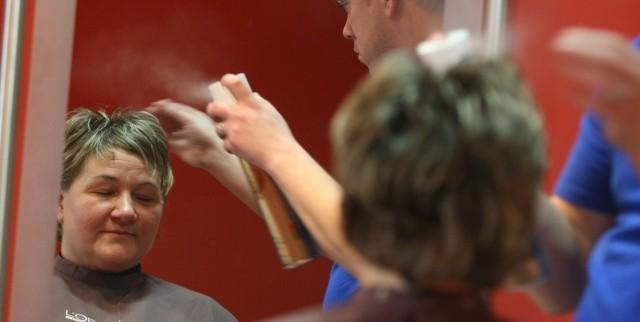 Trochę lakieru i gotowe! Fryzura pani Doroty nie wymaga wiele czasu.