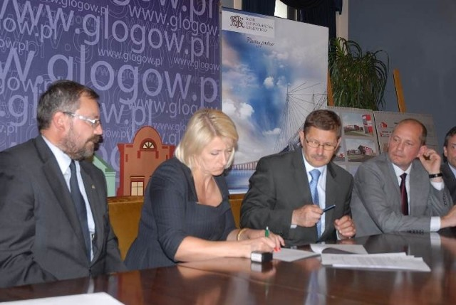 Wczoraj w ratuszu doszło do podpisania umowy przez prezydenta, skarbniczkę gminy, prezesa KM i dyrekcję BGK.