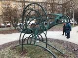 Kraków. Na wyremontowanym podwórku czegoś brakowało, więc mieszkańcy zamówili rzeźbę [ZDJĘCIA]